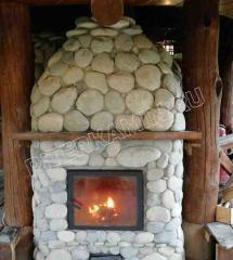 Кирпичный камин облицованный камнем.